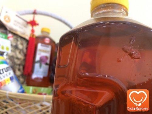 Logo nổi hình con ong trên thân chai mật ong Mật ong Mỹ Kirkland Clover Honey 2.27kg USA